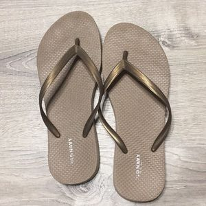 ‼️FREE w/purchase - Old Navy flip flops Size 6.5